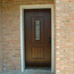 דלת דמוי עץ בכניסה