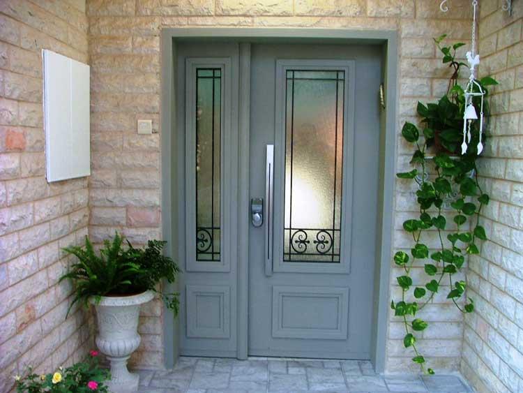 דלת וחצי מפלדה עם זגוגית