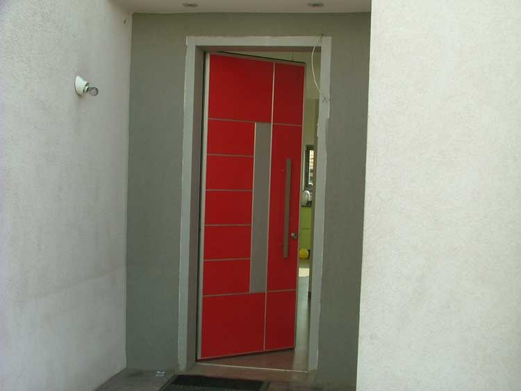 דלת כניסה פשוטה אדומה
