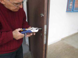 איציק גרשוני מתקן מנעול בדלת כניסה