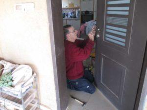 המשך החלפת מנעול בדלת פנימית