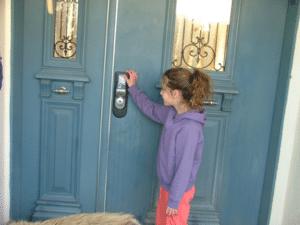 ילדה מול קודן בדלת כניסה