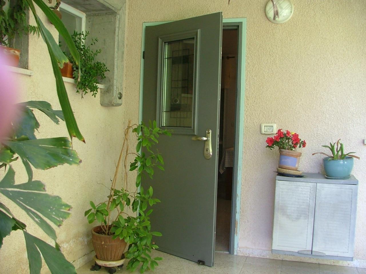 דלת מותקנת בקיבוץ