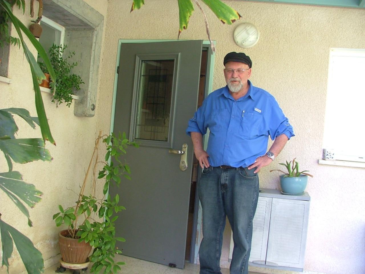 יעקב שופר מעין השופט ליד דלת מותקנת