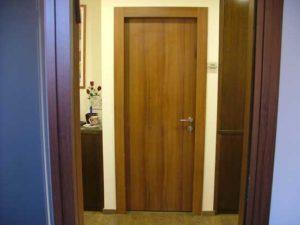 דלת עץ עמידה