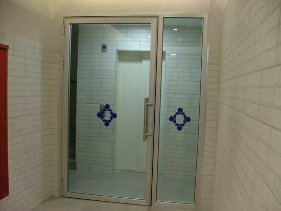 דלת וחצי מזכוכית