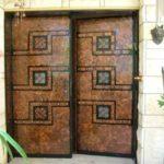2 דלתות כניסה חום סגורות