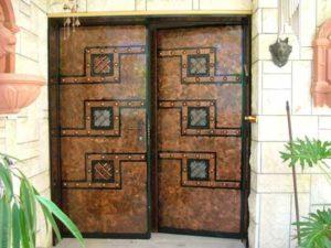 2 דלתות כניסה עם חלונות זכוכית קטנות