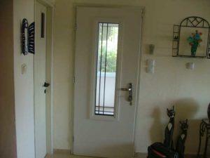 דלת חוץ לבנה עם זכוכית