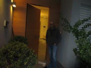 משה עם דלת כניסה מעץ