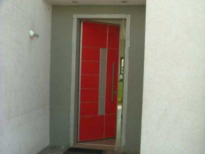 דלת כניסה אדומה עם זכוכית באמצע