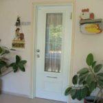 דלת כניסה לבנה עם זכוכית