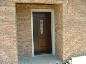 דלת כניסה חומה עם חלון זכוכית צר וארוך