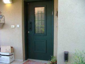 דלת כניסה ירוק כהה עם זכוכית