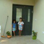 ילדים ליד דלת כניסה דו כנפית