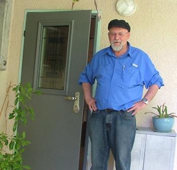 לקוח של מנעולן בחיפה מנעולן בקריות ליד דלת מורכבת