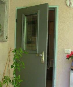 דלת כניסה אפורה עם זכוכית