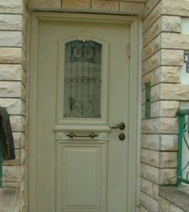 דלת כניסה לבנה עם חלון זכוכית