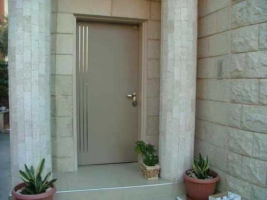 דלת פלדה בגוון בהיר