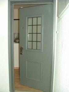 דלת כניסה עם זכוכית אפורה