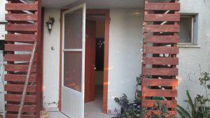 התקנת דלת כניסה דמוי עץ 1