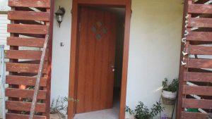 התקנת דלת כניסה דמוי עץ 4