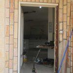 דלת כניסה לבנה עם חלון זכוכית ארוך 3
