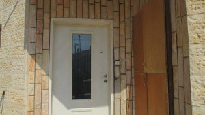 דלת כניסה לבנה עם חלון זכוכית ארוך 2