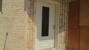דלת כניסה לבנה עם חלון זכוכית ארוך